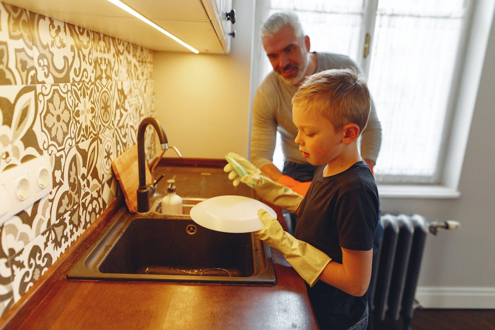 chlapec umýva riad