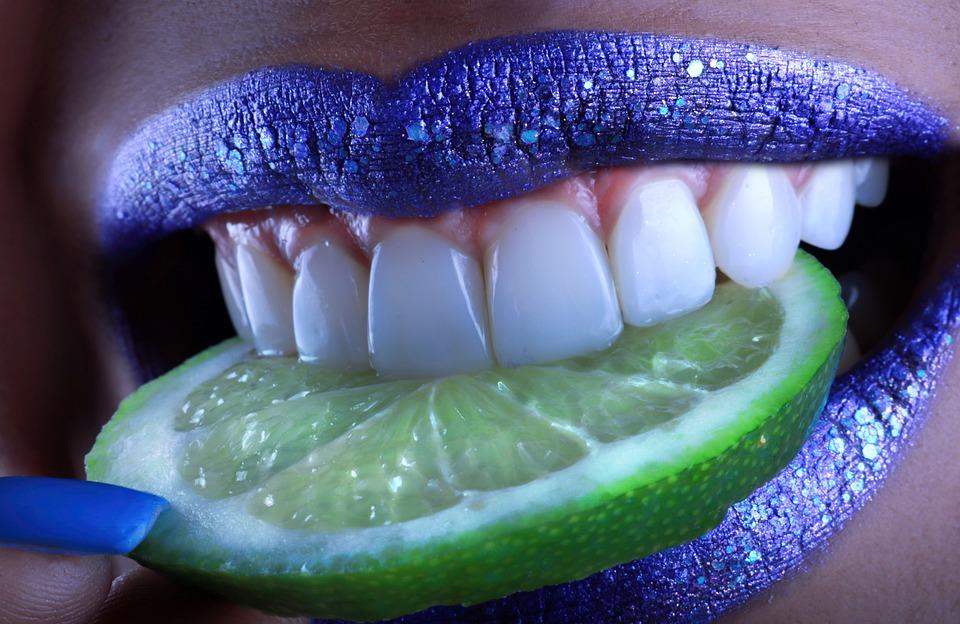 fialové pery, citrón