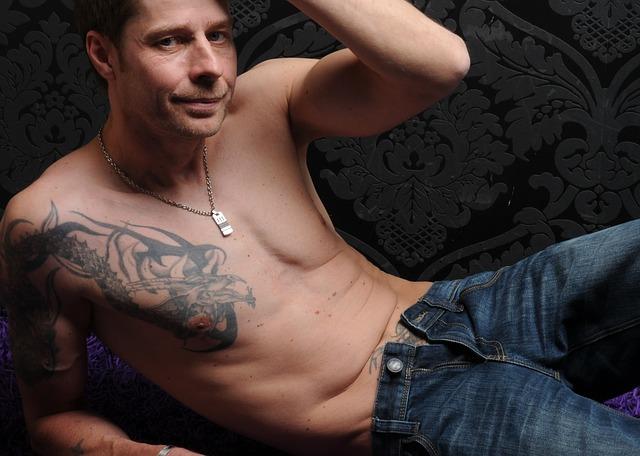 tetovaný muž