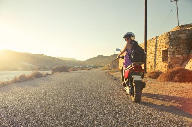 Usmiata žena na motorke