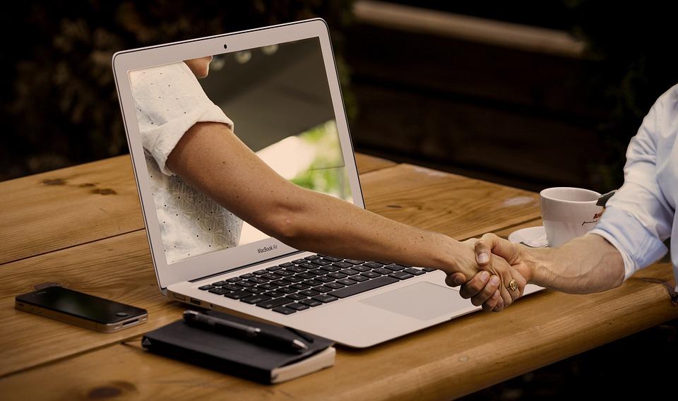 laptop, podanie rúk